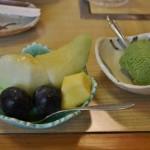Десерт. Фрукты (дыня, виноград, ананас) и мороженое с зеленым чаем