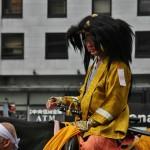 """Костюм офицера армии императора Мэйдзи времен Бакумацу. Чёрная волосатость сверху - шлем с нацепленными на него бычьими хвостами (по другим данным - конский волос). Шлемная волосатость могла быть трех цветов: белый, черный и красный. По трем основным кланам, поддерживавшим Мэйдзи: Сацума (""""черный медведь""""), Тёсю (""""белый медведь"""") и Тоса (""""красный медведь""""). Курточка тоже не просто так, а по идее, предложенной одним из лидеров времен Сэнгоку Хосокава Тадаоки (Хосокава Сансай), потому и называется """"сансай-баори"""". На плече виден цветной прямоугольничек на шнурке - прообраз погон, показывает звание и род войск. Остальное, в целом, несильно отличается от самурайского костюма времен позднего Эдо"""