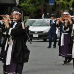 Мальчики-флейтисты в форме рядовых солдат армии Мэйдзи