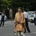 """Еще один красавчик в придворном костюме времен раннего Мэйдзи - Накаяма Тадаясу. Помимо всего прочего, дедушка императора Мэйдзи (его дочь Ёсико была придворной дамой и одной из официальных наложниц императора Комэй) и один из его ранних воспитателей. Успел получить высшую японскую государственную награду - Орден Хризантемы - еще при жизни (редкий случай в японской истории, большинство получателей этого ордена награждались им за заслуги посмертно). Один из потомков могущественного семейства Фудзивара, """"северной"""" его ветви"""