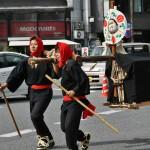 """Самая длинная процессия в параде - токугавская депутация к императорскому двору. Стало быть, это уже Эдо-джидай, время правления шёгунов из рода Токугава. Формально император был главой Японии, но реальной власти не имел. Хотя ежегодно правящий сёгун посылал подарки и выражение всяческого почтения """"декоративному"""" императору. Мальчики-носильщики открывают процессию. Завлекательно пританцовывая, волокут сундуки с подношениями императору"""