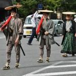 Еще самурайчики. В красных тряпочках - ружья. Дяденька в зеленых штанах - ихний командир