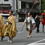 Пешие самураи сопровождают конных даймё из свиты Тоётоми
