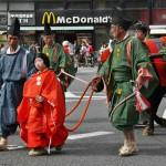 Мальчики, ведущие быка, запряженного в парадную повозку, в которой, собственно, и везут Тоётоми Хидэёси как регента при императоре