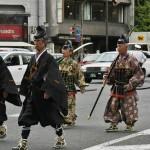 Еще самураи, рангом пониже, закрывают процессию. И сразу за ними идут двое самураев, открывающих процессию сёгуната Асикага, стало быть, времен Муромати