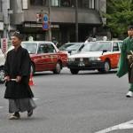 """Впереди идет """"законник"""", знаток буддийских законов и церемоний. Обычно их приглашали для проведения, например, похорон, чтобы все было строго по правилам. За ним шагает врач. Обратите внимание: врач в шапочке благородного человека и с мечом"""