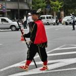 В самом конце периода Муромати в Японии появились белые варвары. Кое-что из их одежды и обычаев японцы переняли для себя. Одно время была популярна и такая версия смешанного наряда. Особенно для крещеных состоятельных японцев