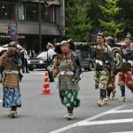 """Процессия Кусуноки Масасигэ, первая попытка реставрации императорской власти после сёгуната Камакура. Открывают вояки с трубами из раковины """"рог тритона"""""""