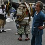 Дяденька на переднем плане - из технической обслуги парада. А вот за ним видно самурая с тылу. Штанишки разного цвета и тапки из медвежьего меха. Мода такая была, да