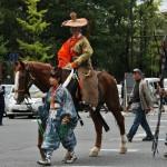 А это у нас пошли герои периода Камакура, первого cёгуната. Костюм лучника-самурая. В те времена лучники были одной из основных армейских сил. И тренировки-соревнования в конной стрельбе среди знати были очень популярны