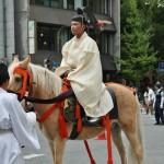 Хотя для большинства зритилей костюмированный парад - самое интересное в Фестивале эпох, реально же самым главным в этом параде является процессия храма Хэйан-дзингу с двумя переносными храмами. Этот красавчик в белом открывает процессию храма