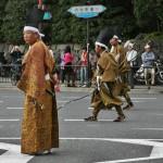 """Завершают парад лучники региона Тамба под Киото. С незапамятных времен мужчины Тамбы были славны своими умениями в стрельбе из лука. Именно из этих лучников первый правитель Киото император Камму и набрал отряд хранителей """"мира и покоя"""" в новой столице"""