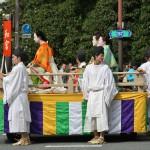 А это уже собственно парад. Напоминаю: процессия идет в обратном временном порядке, от середины XIX века в глубь веков, к началу IX. Стало быть, открывают наше сегодняшнее модно-историческое дефиле дамы XIX века, времен Бакумацу и позднего Эдо