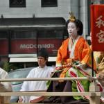 """Принцесса Кадзу была прекрасным каллиграфом и известным поэтом. Здесь она в парадном наряде дамы из императорской семьи, хорошо всем известном """"дзюни-хитоэ"""", очень мало изменившемся за тысячу лет истории. Сейчас такие костюмы продолжают носить по особым случаям члены императорской семьи. Позади сидят ее фрейлины в придворных же нарядах, но попроще"""