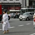 """Эта красавица в костюме девушки из самурайской семьи времен позднего Эдо - Отагаки Рэнгэцу. Родилась в Киото в 1791 году. Вышла замуж в 16 лет, но уже в 25 овдовела и стала монахиней под именем Рэнгэцу (""""лотосовая луна""""). Жила в разных монастырях и храмах Киото, где писала свои поэмы"""