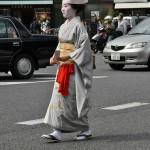 Отагаки Рэнгэцу - одна из известнейших поэтесс XIX века. Помимо этого, известна своими талантами в традиционных танцах, живописи, каллиграфии, боевых искусствах и керамике. В конце своей жизни была близким другом художника Томиока Тэссай