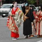 Это Ёсино таю. Если коротко, это одна из известнейших красавиц японской средневековой истории. И по сей день остается образцом прекрасной и образованной женщины. Одета и причесана по моде начала XVII века, принятой среди дам ее профессии и положения. За ней следует слуга с зонтом почета и две служанки-ученицы камуро
