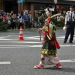 """Не видела парада в прошлом году, потому не могу сказать, когда произошла смена костюма Идзумо-но Окуни. Во всех предыдущих версиях, которые я наблюдала, она была представлена в костюме храмовой служительницы-мико, в котором (по легенде) она и пришла покорять Киото. А здесь она уже в своем сценическом костюме. В таком же ей поставлен памятник напротив современного здания театра Кабуки в Киото. Нельзя сказать, что костюм уникален. Начало XVII века в японской моде характеризуется разгулом унисекса, когда мальчики и девочки """"золотой"""" молодежи, не обремененные особыми заботами, одевались ярко, вызывающе и подчеркнуто бисексуально, включая даже стиль причесок. И девочки носили мечи (которые им далеко не всегда было разрешено иметь по чину). Короткий период разгула свободомыслия во всей областях перед жёстким закручиванием гаек. Наверняка Идзумо-но Окуни была причастна к формированию этого стиля одежды, более подходящего ей по образу жизни и мыслей"""