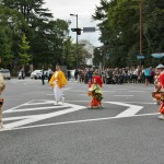 """Процессия """"фурё-одори"""" - """"элегантный, модный танец"""". Популярный танец среди жителей Киото времен Муромати. Говорят, что происходит от ритуальных танцев Бон-одори (фестиваля приветствия умерших, который отмечается в середине августа). И явно заметно влияние дворцовых танцев бугаку"""