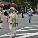 Кто там интересовался костюмами дам из простонародья? Вот, например. Самое что ни на есть дамское и очень простонародное. Эта процессия представляет собой женщин деревни Охара, расположенной на севере от Киото, примерно во времена Муромати (XIV-XVI века) и немного ранее. Женщины несут в город хворост и древесный уголь для городских очагов