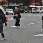 А сзади идут дамы в кимоно, в которые превратились традиционные наряды женщин Охары где-то к середине XIX века. Это и сейчас один из вариантов одежды, носимой жительницами Охары. И в мир, и в пир, что называется