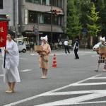 Еще один вариант наряда крестьянских женщин. Костюмы местности Кацура на западе от Киото того же периода времени, что и дам из Охары выше. Сейчас это район Арасиямы и ниже по течению Кацура-гавы