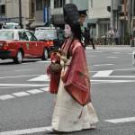 """Леди Годзэн сбоку. Костюм сирабёси использует предметы мужской одежды того времени. Шапку татэ-эбоси и """"рубаху"""" суикан носили придворные аристократы. Как и меч"""