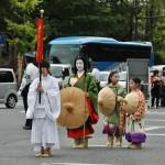 """Еще одна героиня """"Хэйкэ Моногатари"""", Токива Годзэн. Мать упомянутого выше Минамото-но Ёсицунэ. Ее муж был убит во время очередного дворцового переворота, а мать захвачена в плен. Токива Годзэн вместе с тремя своими сыновьями (младший из которых, тот самый Ёсицунэ, совсем младенец, виден у нее за пазухой) возвращается в Киото к захватившим ее мать врагам, чтобы упросить их отпусть женщину. В обмен на жизнь своей матери и своих детей стала наложницей главы клана Тайра. На параде представлена в походном платье благородной дамы времен позднего Хэйана. """"Сапоги"""" на ногах у нее и мальчиков сплетены из рисовой соломы - вариант зимней обуви, доживший в отдельных районах Японии вплоть до наших дней"""