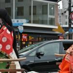 """Слева - Сэй Сёнагон в парадном платье придворной дамы, знаменитом """"дзюни-хитоэ"""" (можете сравнить с нарядом прицессы Кадзу из XIX века), а Мурасаки Cикибу в более """"домашнем"""" и простом варианте хэйанского женского наряда, так называемом """"коутиги"""""""