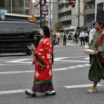 X век. Дочь поэта Ки-но Цураюки в костюме девушки среднего класса того времени. Обратите внимание: волосы уже длинные и распущенные, а рукава платья куда уже, чем в позднем Хэйане