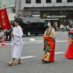Впереди идет одна из известнейших поэтесс и красавиц японской истории, Оно-но Комати. В костюме придворной дамы времен очень раннего Хэйана (середина IX века). И служанка при ней. Помимо всего прочего, известна и одной историей любви