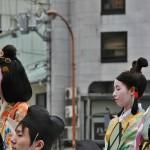Кудара-О-Мёсин слева, справа - ее фрейлины. Все трое в формальном придворном костюме, прическах и макияже. Точки на лбу и на щеках около рта также демонстрируют ранг дамы. Говорят, именно ей принадлежит честь введения в обиход при дворе таких вот нарядов, имеющих корейско-китайское происхождение