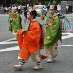 """Мальчики в костюмах танцоров-бугаку (формализированных придворных танцев). Зеленый костюм - """"бабочка"""", оранжевый - """"птичка"""""""