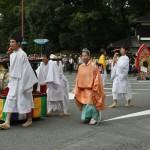 Оркестр придворной музыки гагаку. Слева везут большой барабан, за ним - гонг