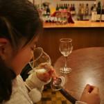 Не пугайтесь, ребенке налили не пить, а понюхать. Потому как это вино может менять аромат. Сразу из бутылки оно пахнет изюмом