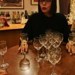 Тут нам показывают как надо слегка взболтать бокал, чтобы вино насытилось кислородом и у него поменялся запах