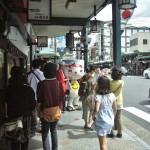 """Кто бывал в Гионе, это место опознает """"на раз"""". Крытая галерея вдоль улицы Сидзё-дори от реки Камо-гава в направлении к храму Ясака-дзиндзя. Вот от этого перекрестка направо - улица Ханамикодзи-дори, идущая через кваратал гейш Гион-кобу. Там все пасутся в надежде снять гейш. Ну, а с этой стороны иногда бродит вот такой симпатичный маскот в виде улыбающейся миски удона. Это как раз маскот Музея удона. Зазывает. Мы и пошли, благо время было к обеду"""