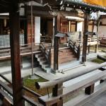 Сами храмовые постройки воспроизводят архитектуру хэйанского дворца. Отдельно стоящие домики, соединенные крытыми переходами. Все вместе образует заковыристый лабиринт, в котором с непривычки легко теряешь ориентацию