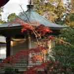 """В этом здании Тёкуфусингё-дэн, построенном в 1925 году, хранятся копии """"Сутра Сердца"""", сделанные разными императорами в разное время"""