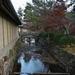 Внешняя стена храма и ров вокруг нее