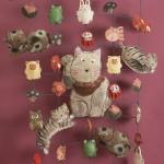 """Автор - Асаи Дзюнко 浅井純子. Название - """"Медленно колыхающееся манэки-нэко украшение"""". Вместе со счастливым котом на этом украшении собраны и другие японские талисманы счастья и удачи"""