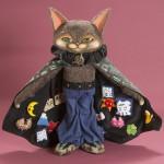 """Автор - Абэ Нацу あべ夏. Название - """"Приносящий удачу кот-волшебник"""". На изнанке плаще этого кота тоже собраны всякие талисманы удачи"""