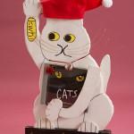 """Автор - Инагава Такаси 稲川 隆. Название - """"Манэки-эко"""". Экологический Санта-Клаус-кот. У него есть солнечная батарейка и на накопленной энергии он может светить лампочкой и исполнять рождественскую мелодию. Подманивая экологическую удачу, видимо"""