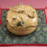 """Автор - Ивацуки Тамаэ 岩月珠惠. Название - """"Коробка для плюшек с кошками"""". Такие """"коробки""""-дзикиро обычно используются для хранения и подачи плюшек к чайной церемонии"""