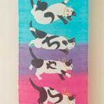 """Автор - Касуга Саяка 春日 粧. Название - """"Хэттяра"""". Название написано """"буквами"""" хираганы на котиках. """"Хэттяра"""" - беззаботность. Даже если вас пнули - это не конец жизни. Берите пример с котиков, которые всегда приземляются на все четыре лапы"""