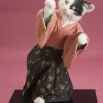 """Автор - Канэко Мика 兼子美加. Название - """"Удача, иди-иди сюда!"""" . Котик в кимоно активно зазывает"""