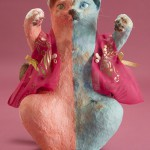"""Автор - Кикути Мидори 菊池美登利. Название - """"Арахисовые орешки"""". Кот-близнец сам себе по названию дуэта сестер-близняшек, популярных в 60-е годы. Разные стороны удачи"""