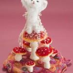 """Автор - Танабэ Руцуко 田邉ルツ子. Название - """"Счастливый грибо-кот"""". Кошечка-богиня счастливых грибов. Да, оказывается мухоморы - это грибы счастья. Кошечка зовет удачу обеими лапами. Вот счастья-то привалит!"""