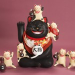 """Автор - Хомма Саори 本間左小里. Название - """"Кот большой удачи и шесть котов, отгоняющих болезни"""". Шесть котов - по-японски """"мубьё"""", что созвучно """"нет болезней"""" - старый талисман от всех болячек. Вместе с большим котом, приносящим удачу"""