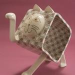 """Автор - Мидзуно Томоро 水野智路. Название - """"Замешанный манэки"""". Котик, замешанный как тесто с прочими котиками. Куча удачи"""